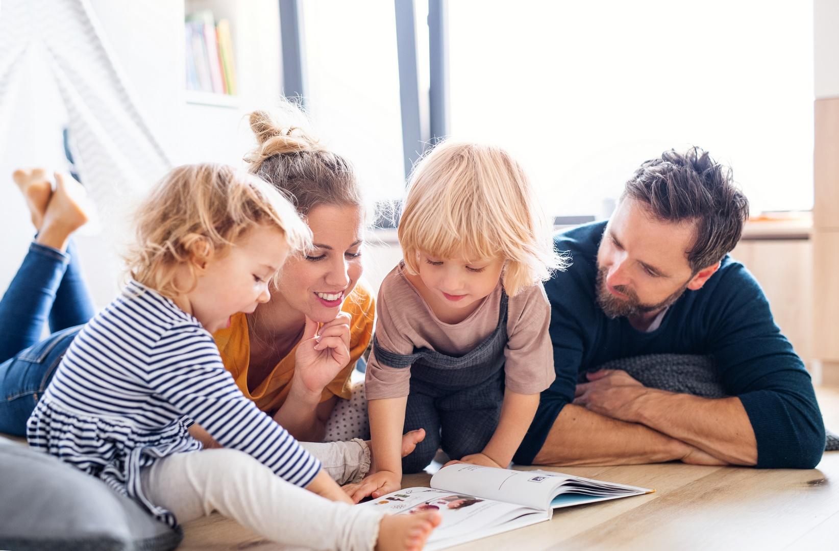 rodzina korzystająca z aplikacji dla przedszkoli od KidsApp